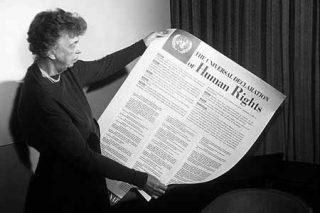"""""""All human beings are born free and equal in dignity and rights."""" har översatts till """"Alla människor är födda fria och lika i värde och rättigheter"""" men """"dignity"""" ska översättas med """"värdighet"""", inte """"värde""""."""